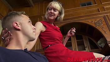 Ебля в позе раком студентки с обольстительными титьками перед веб камерой