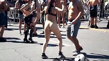Домработница в черной красивой униформе светит анальной пробкой во время секса