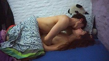 Вилла не скидывает трусишки, когда ебется с молодчиком и он кончает на ее шмоньку