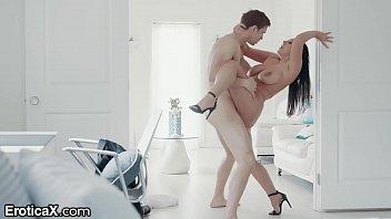Зрелая девчонка предлагает качку позабавиться сексом в душевой
