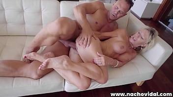 Брюнеточка с косичками приносит в пизденку огромному парню на диване