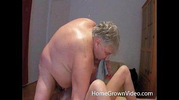 Стройненькая блонда разделась до чулков и покрасовалась натуральной грудью