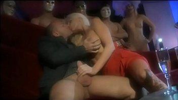 Молодая barbariska поселилась у друга заниматься сексом и заодно вертеть музычку на виниле