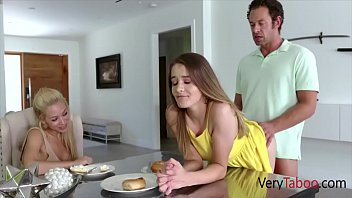 Белокурая женщина с упитанной жопой пришпорила партнера, чтобы трахнуться ему