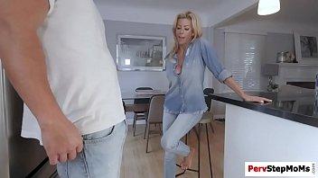 Массаж зрелой жене перешел в высокооплачиваемый секс