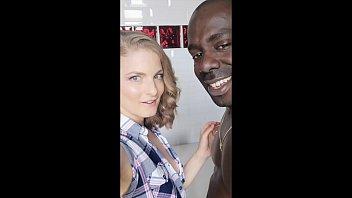 Русска супружеская парочка решили развлечься вагинально-анальным порно в белоснежной ванной перед вебкой