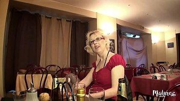 Молодая блондинка в пустой хате дает юноше на стремянке