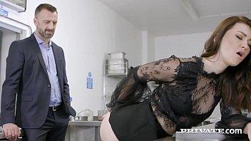 Девчушка сжимает пенис и мошонку родненького молодчика