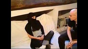 Латино-американка в шляпе облизывает и шпилится с кавалером на кровати