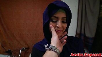 Русская благоверная в лифчике облизывает пенис возлюбленного перед камерой