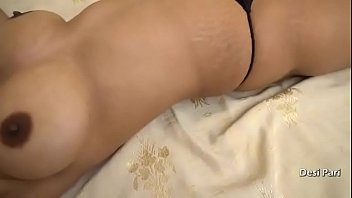 Тридцатилетняя зрелая брюнетка с огромными дойками онанирует в сауне