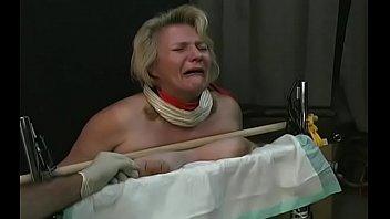 Блондиночка остается голой и онанирует пальчиком гладкую вульву